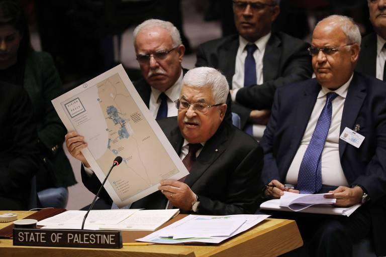 O presidente da Autoridade Palestina, Mahmoud Abbas, segura cartaz com o mapa do que seria o Estado Palestino segundo o plano de paz proposto pelos EUA