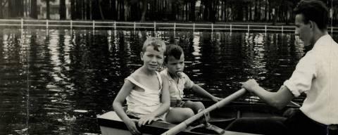 SÃO PAULO, SP, BRASIL, 25-04-1953: crianças passeiam de barco no lado do Parque Ibirapuera, em São Paulo (SP).(Foto: Acervo UH/Folhapress)
