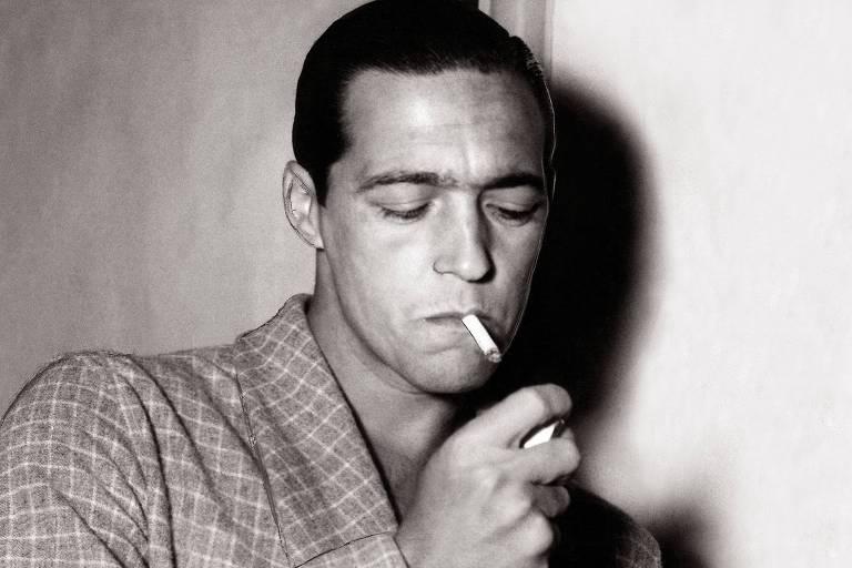 O jogador Heleno de Freitas acende um cigarro em 1951