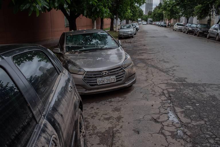 Carros danificados pela enchente na avenida Mofarrej, na zona oeste de São Paulo