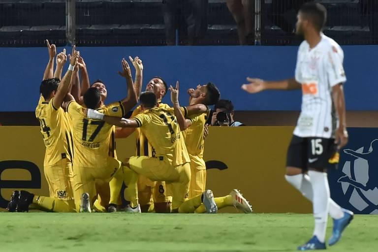 Jogadores do Guaraní comemoram o gol da vitória em Assunção (PAR); nesta quarta (12), o Corinthians terá de vencer por mais de dois gols para passar de fase