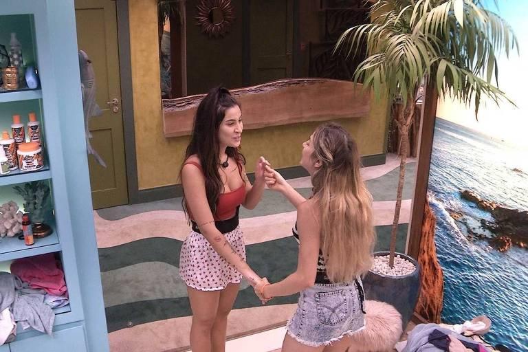 Bianca (de vermelho) conversa com Gabi