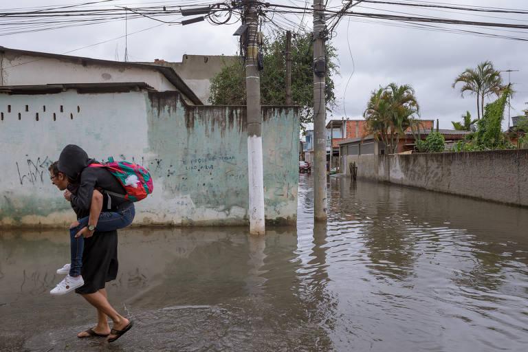 Moradores da Vila Itaim, em São Paulo, voltaram a conviver com ruas alagadas