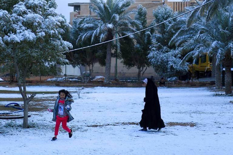 Primeira nevasca em uma década surpreende iraquianos