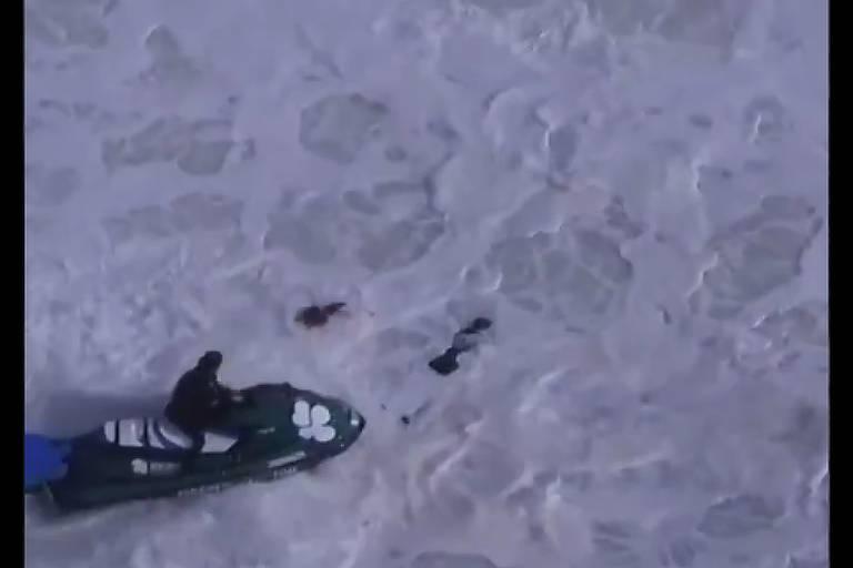 Reprodução de imagem do surfista português Alex Botelho sendo retirado do mar
