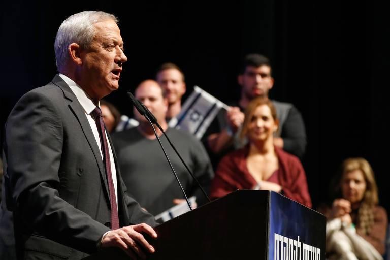 O candidato do Partido Azul e Branco Benny Gantz durante comício em Haifa