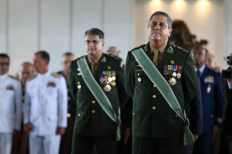 Braga Netto durante sua posse no Estado-Maior do Exército, com o comandante Edson Pujol atrás