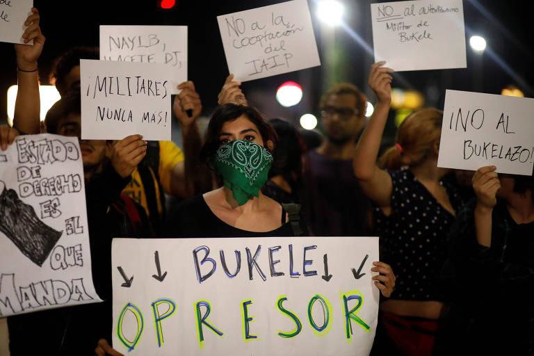 Em San Salvador, manifestante segura cartaz com os dizeres 'Bukele oppressor' em ato contra o presidente de El Salvador, Nayib Bukele, no Congresso Nacional do país centro-americano