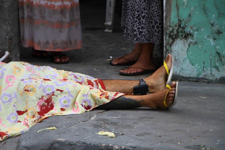Homem usando tornozeleira eletrônica morto a tiros no bairro da Compensa em Manaus (AM), nesta terça-feira (11)