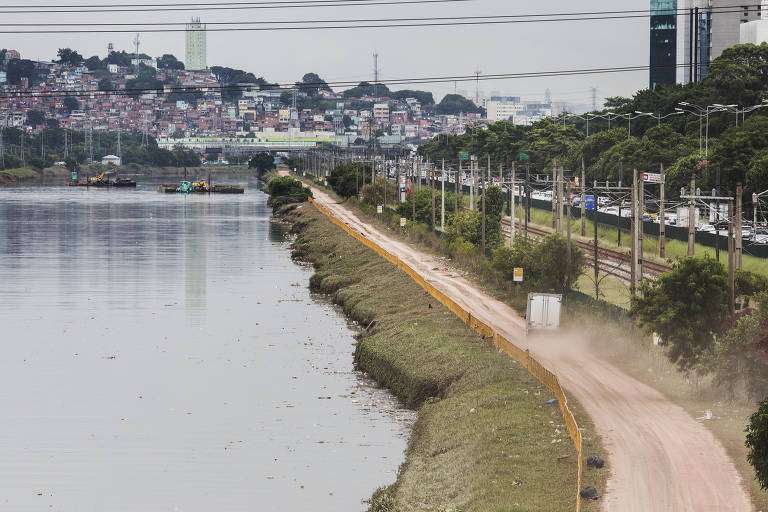 Terra ocupa Ciclovia Via do rio  Pinheiros interditada devido a enchente  de segunda feira. Foto no trecho entre  Ponte Cidade Universitária sentido Jaguaré