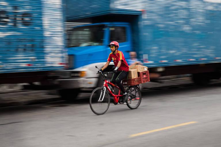Entregador com bicicleta cargueira na cidade de São Paulo