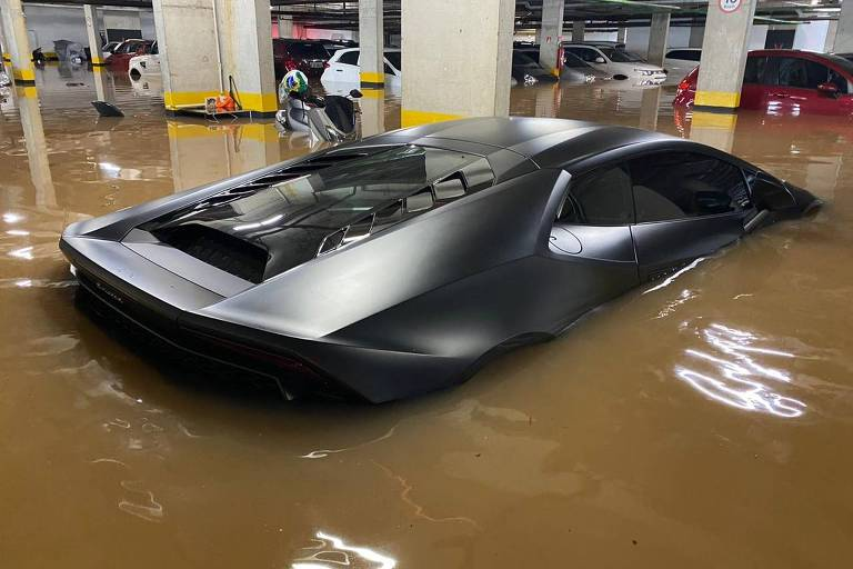 Lamborghini atingida por enchente em prédio na Vila Leopoldina, em SP