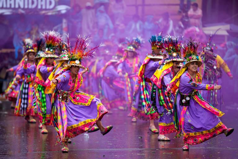 Grupo de dança Tinku, de origem indígena, se apresenta na avenida principal do Carnaval de Oruro, na Bolívia, em 2016