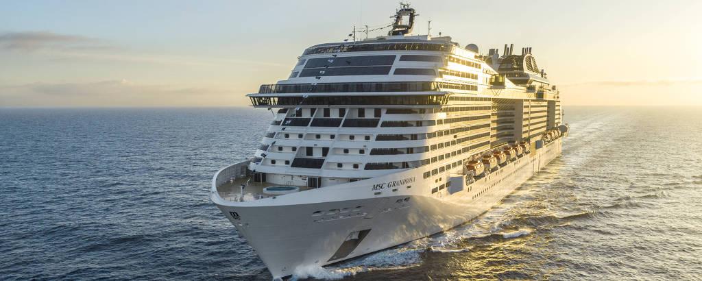 Navio visto de frente, navegando