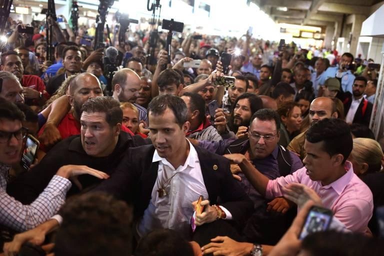 Tumulto durante chegada do líder opositor Juan Guaidó ao aeroporto