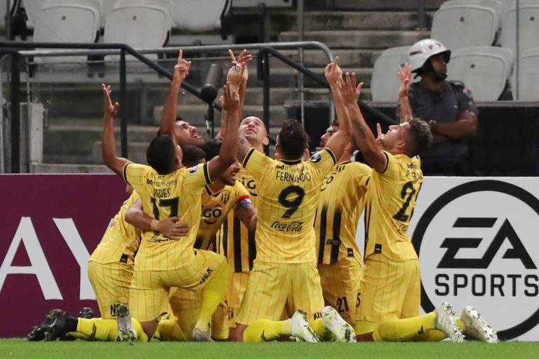 Jogadores do Guaraní comemoram gol do camisa 9 Fernando Fernandez, de falta, que garantiu a classificação da equipe paraguaia