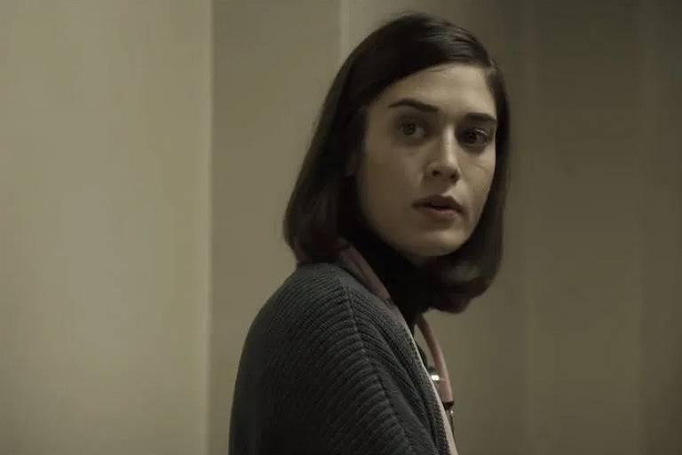 A atriz Lizzy Caplan, uma das estrelas na série Castle Rock