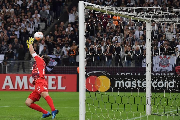 Goleiro Cássio salta, mas não evita o gol do Guaraní-PAR