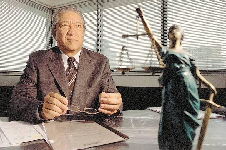 Professor de Direito Penal Damásio de Jesus em seu escritório