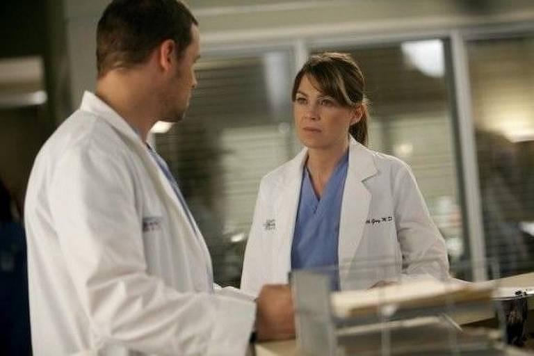 Os atores Justin Chambers e Ellen Pompeo em cena da série 'Grey's Anatomy'