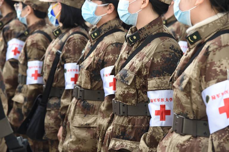 Médicos miliares chegam no aeroporto internacional Tianhe, em Wuhan, província de Hubei no centro da China, em fevereiro de 2020
