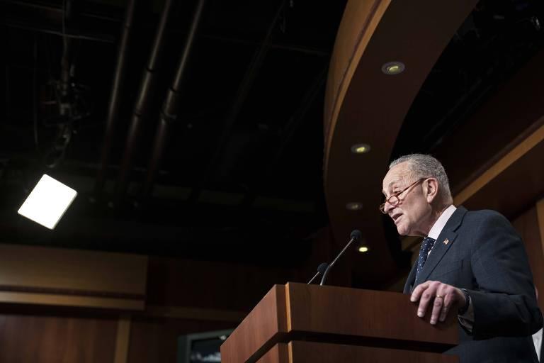 O líder da minoria democrata no Senado, Chuchk Shummer, em entrevista coletiva após aprovação de medida no Congresso