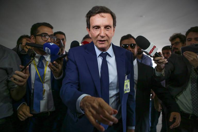 O prefeito do Rio de Janeiro, Marcelo Crivella, chega acompanhado de assessores ao Palácio do Planalto