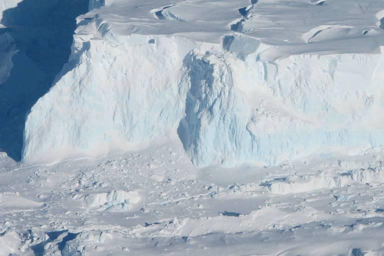 A borda externa da geleira Thwaites. À medida que a geleira deságua no oceano, ela se torna gelo marinho e eleva o nível do mar. O degelo está acontecendo particularmente rápido. Alguns pesquisadores acreditam que ele já pode ter caído em instabilidade ou estar perto desse ponto, embora isso ainda não tenha sido estabelecido