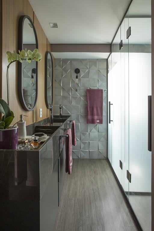 Em banheiros mais espaçosos, como esse projetado pela Andrade & Mello Arquitetura, é possível construir boxe com duas duchas