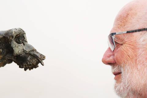 (200105) -- BEIJING, 5 enero, 2020 (Xinhua) -- Imagen del 8 de agosto de 2019 del paleontólogo francés, Michel Brunet en su oficina en París, Francia. En julio de 2001, un equipo franco-chadiano encabezado por Michel Brunet, desenterró un cráneo fósil en el Desierto de Djurab en Chad. Apodado como Toumai (