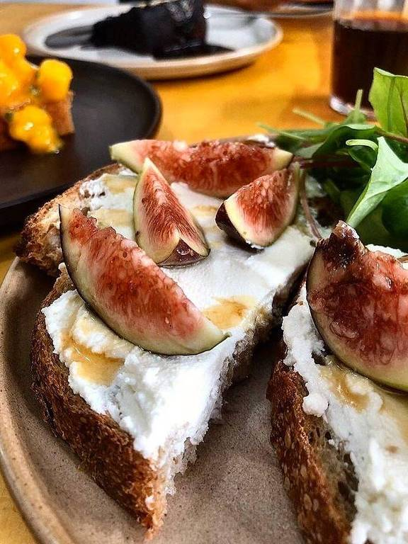 Toast com queijo de cabra, figos e mel de jataí da Iza Padaria Artesanal