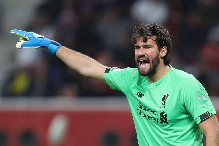 Alisson orienta a defesa do Liverpool na semifinal do Mundial de Clubes de 2019, no Qatar
