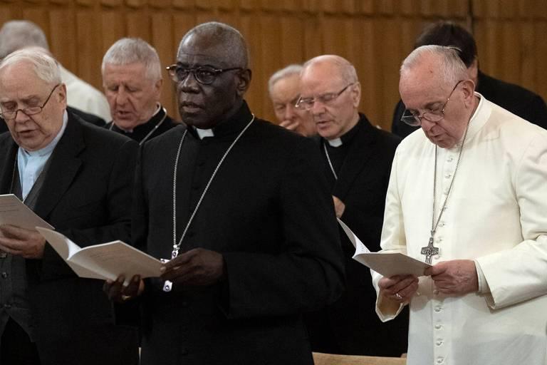 robert, francisco e outros atendem a missa