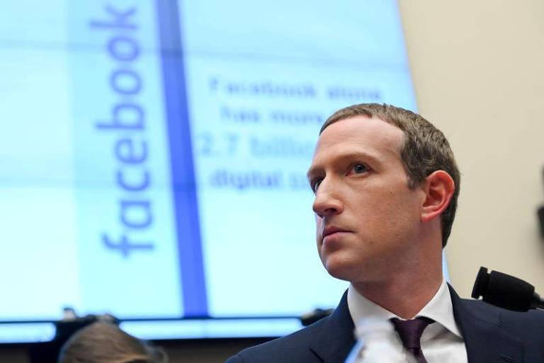 O executivo em frente a um slide com o nome do Facebook