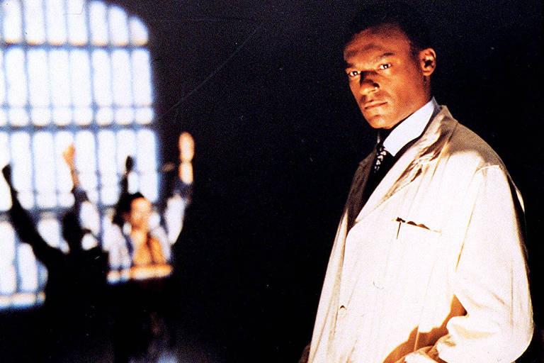 """Cartaz do filme documentário """"Frantz Fanon: Pele Negra, Máscara Branca"""", do diretor britânico Isaac Julien."""