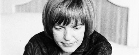 escritora Ingeborg Bachmann jogando xadrez Credito: Heinz Bacomann / Divulgação