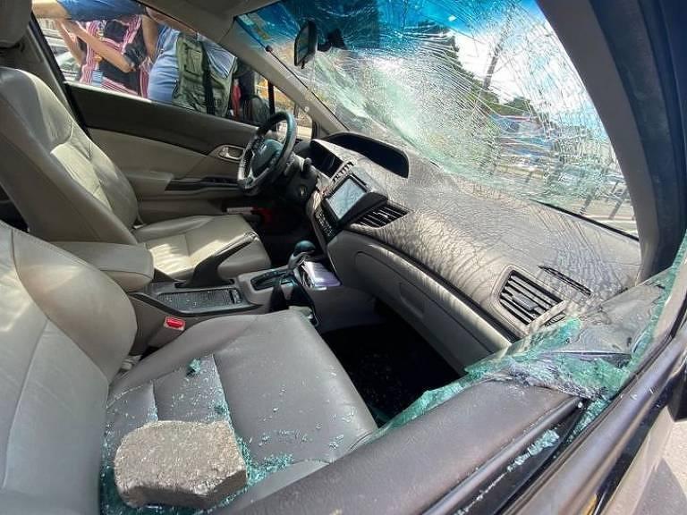 Carro de professor foi cercado e apedrejado por bandidos na avenida Leitão da Silva, em Vitória