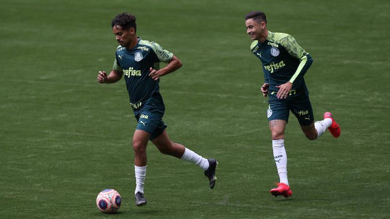 Gustavo Scarpa (à esq.) e Diogo Barbosa durante treinamento do Palmeiras no novo gramado sintético do Allianz Parque, palco do duelo contra o Mirassol neste domingo
