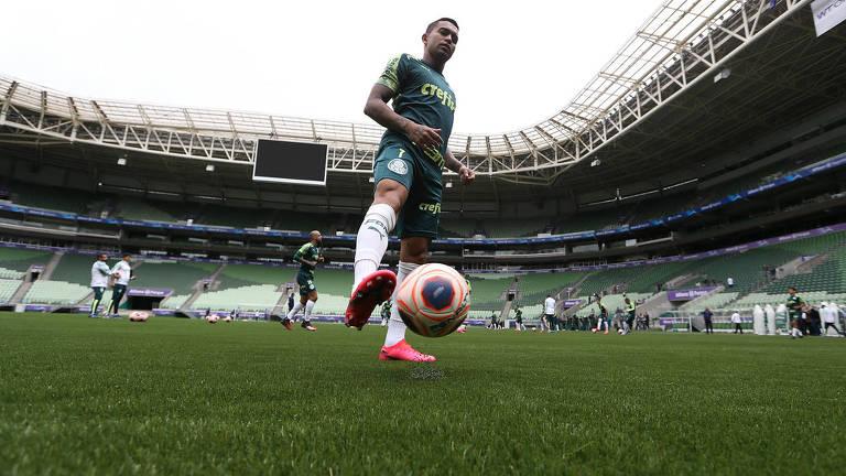 O jogador Dudu domina a bola durante treino do Palmeiras no Allianz Parque