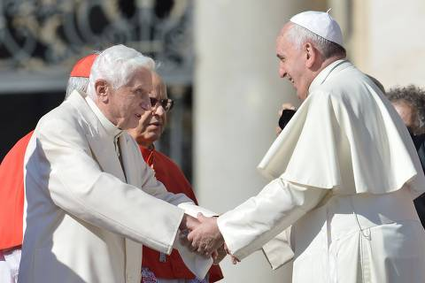 O papa emérito Bento 16 durante encontro com o papa Francisco, no Vaticano. *** TOPSHOTS  Pope emeritus Benedict XVI (L) speaks with Pope Francis during a papal mass for elderly people at St Peter's square on September 28, 2014 at the Vatican.  AFP PHOTO / TIZIANA FABI ORG XMIT: ITA3675