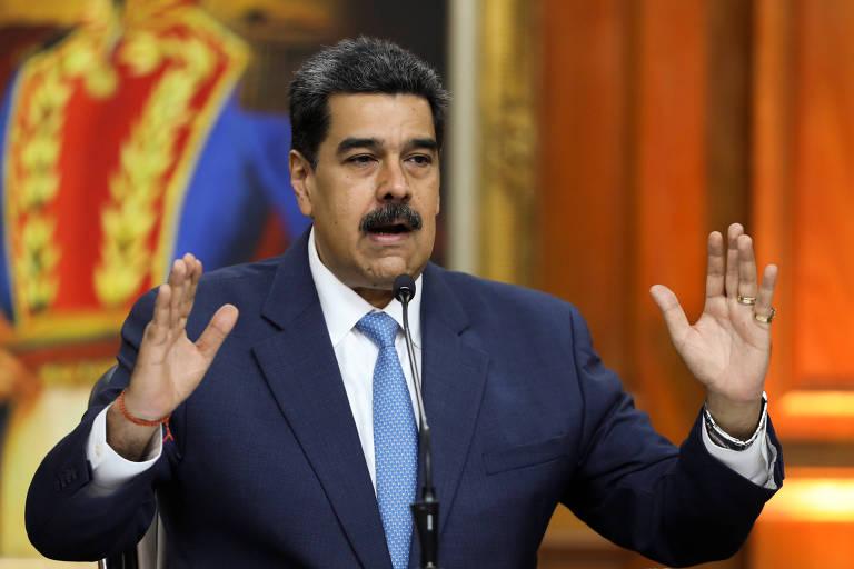 Nicolás Maduro, de terno azul, gesticula