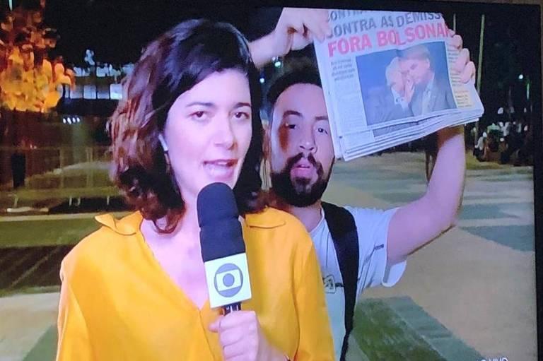 Repórter Laura Cassano momentos antes de ser interrompida ao vivo