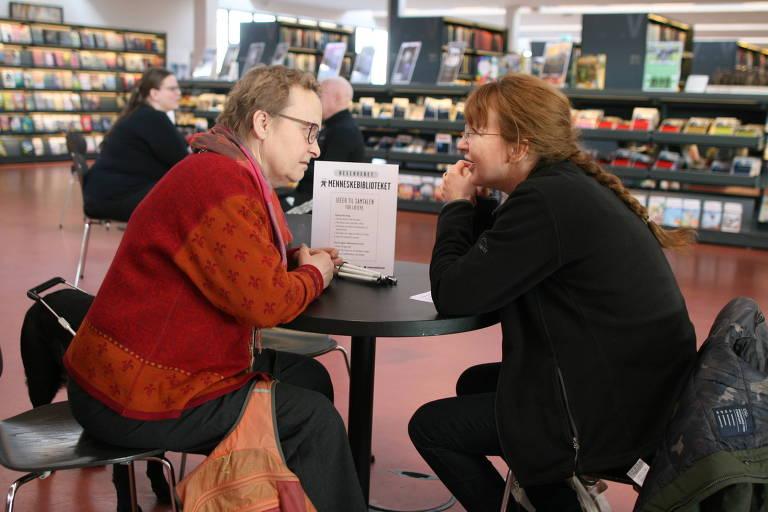 Voluntários do projeto Bibliotecas Humanas em Copenhagen, na Dinamarca