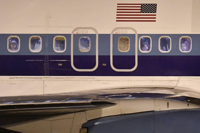 Avião fretado pelo governo dos Estados Unidos chega ao aeroporto de Confins com imigrantes deportados para o Brasil; voos de deportação continuaram ao longo da pandemia