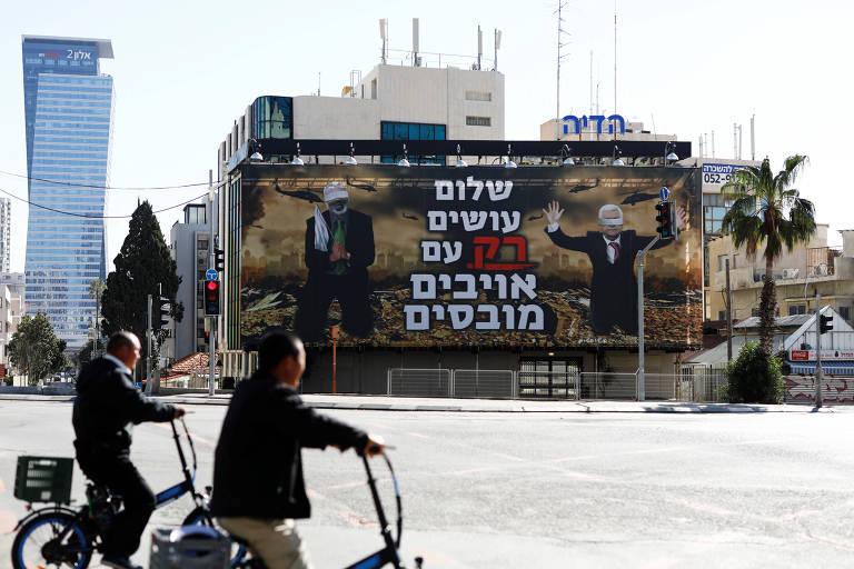 Cartaz mostra líderes palestinos vendados e frase contrária a acordo de paz em hebraico