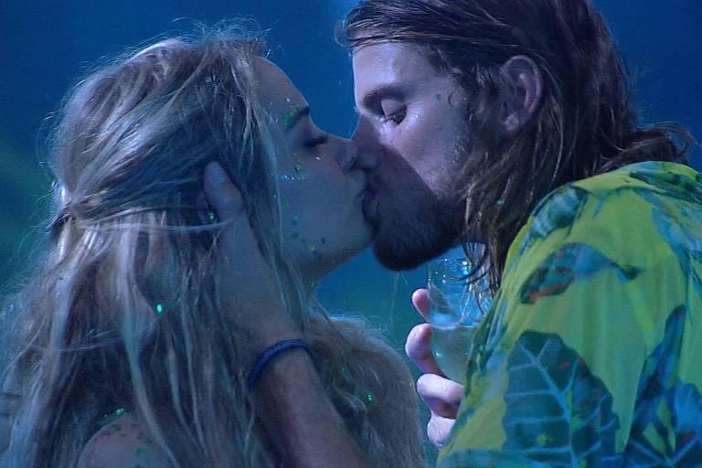 Marcela e Daniel se beijam na festa Liga do Fresh, no BBB 20