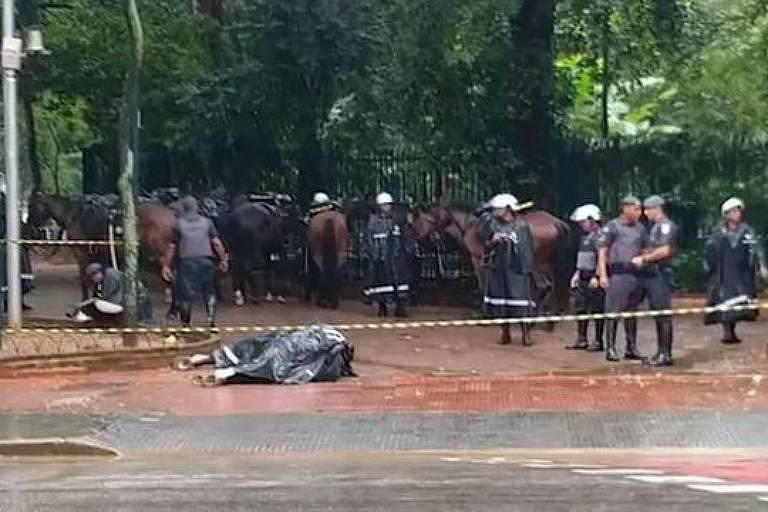 Cavalo Conhaque, da PM, morre eletrocutado ao pisar sobre uma tampa de metal energizada na praça da República, no centro da capital paulista