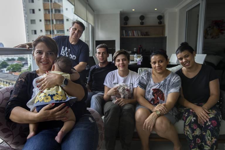 Renata de Lucca e sua família, que acolhem bebê de sete meses