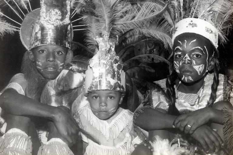 Carnaval de tribos da década de 1970, em Porto Alegre. Grupos com nomes indígenas foram criados em 1945 e chegaram a ser maioria na cidade; em 2020 apena uma tribo desfilará
