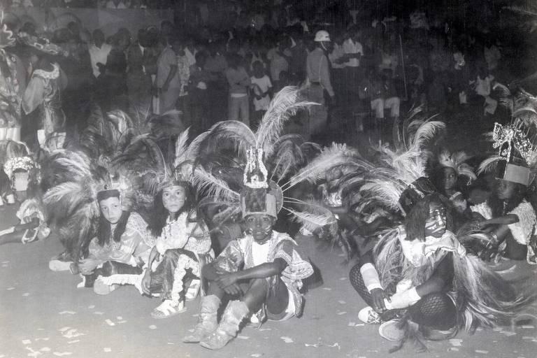 Carnaval de tribos da década de 1970, em Porto Alegre (RS): Grupos com nomes indígenas foram criados em 1945 e chegaram a ser maioria na cidade; em 2020 apena uma tribo desfilará